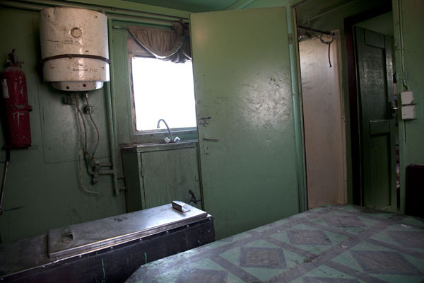 Photo de A communal area to sit and chat, and eat something, in the train compartmentNouadhibou - Mauritanie