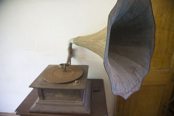 Foto van Record player on display in the colonial building of EurekaEureka - Mauritius