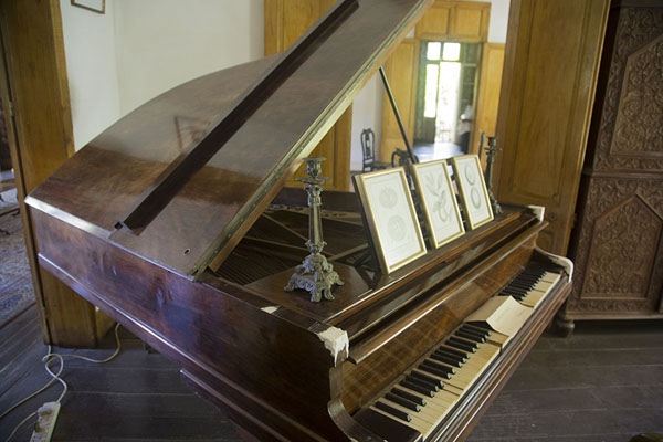 Foto van Old piano on display in the museumEureka - Mauritius