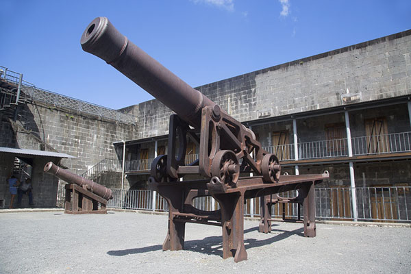 Foto de Cannons in the courtyard of Fort AdelaidePort Louis - Mauricio