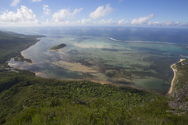 Photo de The bay south of Le Morne Brabant seen from the mountainLe Morne Brabant - Maurice