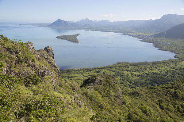 Foto van Looking out over the bay with Ile aux Bénitiers from Le Morne BrabantLe Morne Brabant - Mauritius