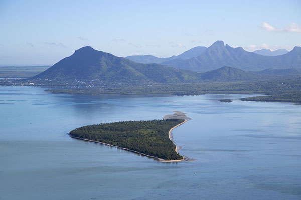 Foto van Ile aux Bénitiers and bay seen from Le Morne BrabantLe Morne Brabant - Mauritius