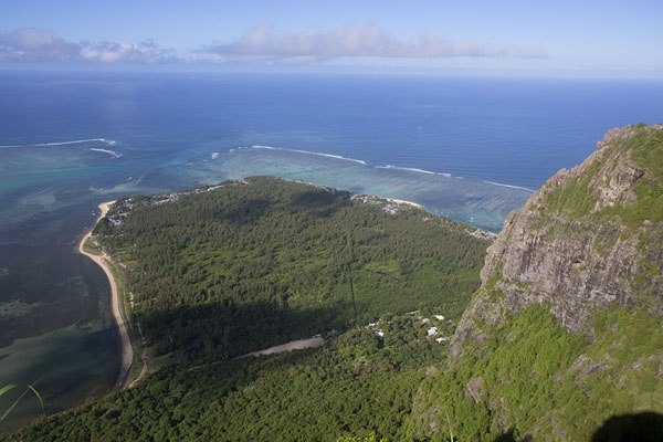 Foto van Looking down the bay below Le Morne Brabant from the summitLe Morne Brabant - Mauritius
