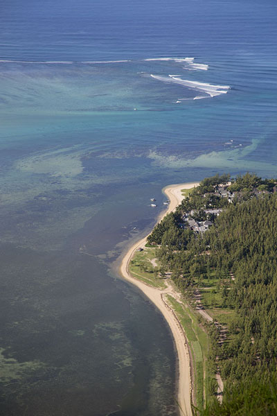 Foto de Looking down on the beaches from the mountainLe Morne Brabant - Mauricio