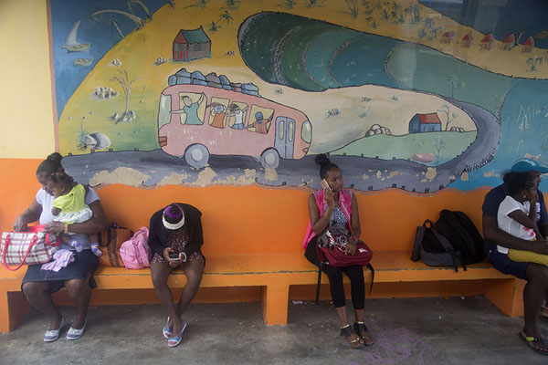 Passengers waiting for their bus at Port Mathurin bus station | Bussen van Mauritius | Mauritius