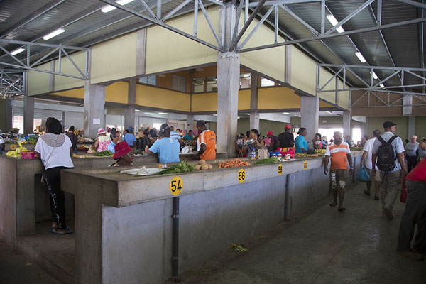 Foto van Central hall where most trading is done at the market of Port Mathurin - Mauritius - Afrika