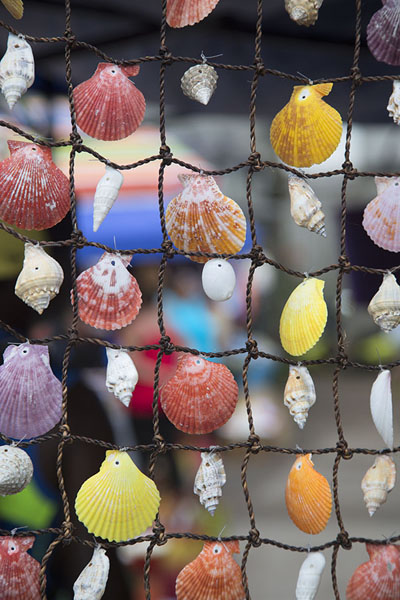 Foto de Colourful shells for sale at a souvenir stall at the market of Port MathurinPort Mathurin - Mauricio
