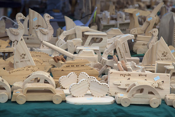 Foto van Wooden souvenirs at the market of Port MathurinPort Mathurin - Mauritius