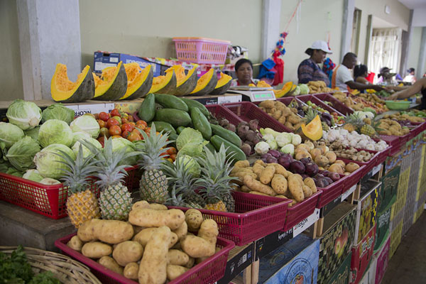 Foto van Pumpkin, coleslaw, pineapple, potatoes, and more for sale at the market of Port MathurinPort Mathurin - Mauritius