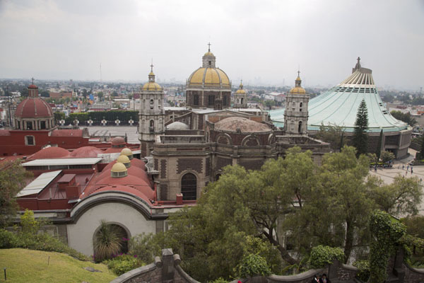 View from Tepeyac hill with the Capuchinas Parish, the Antoning Temple and the Basilica of Guadalupe | Basiliek van Guadalupe | Mexico