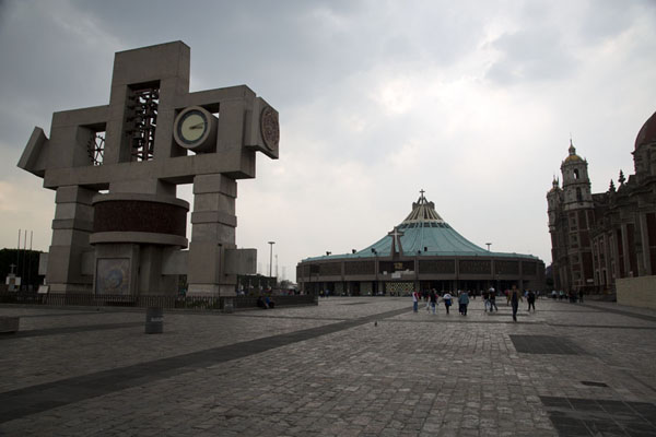 The Marian Square of the Americas with the clocktower, the old church and the modern Basilica | Basilica of Guadalupe | 墨西哥