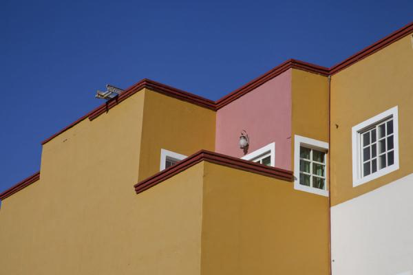 Foto di Yellow and pink coloured houses in the historic town of Guanajuato - Messico - America