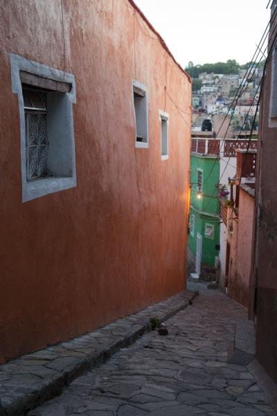 One of the many alleys with colourful houses in Guanajuato | Historic town of Guanajuato | Messico