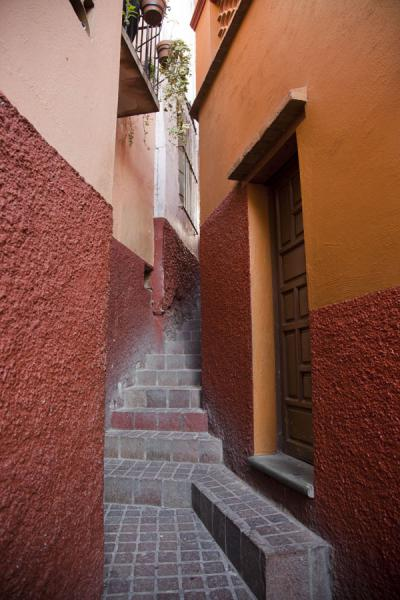 Callejón del Beso, one of the famous alleys of Guanajuato | Historic town of Guanajuato | Messico