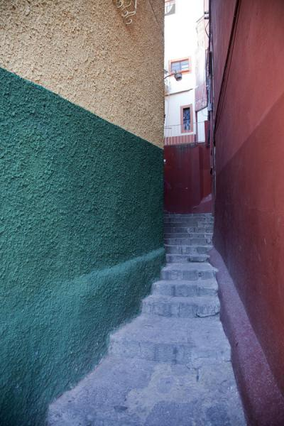 Narrow alley in the historic centre of Guanajuato | Historic town of Guanajuato | Mexico