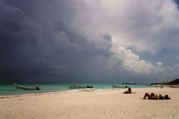 Foto de Mexico (Dark sky over tropical beach in Cozumel)