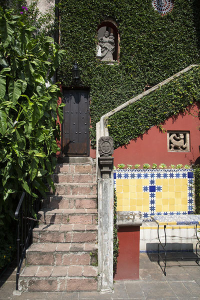 Staircase in the courtyard of the museum | Robert Brady Museum | Mexico