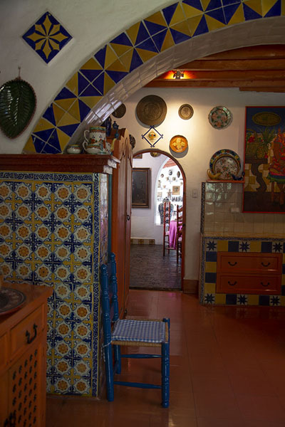 Foto van The heavily decorated kitchen in the museum - Mexico - Amerika