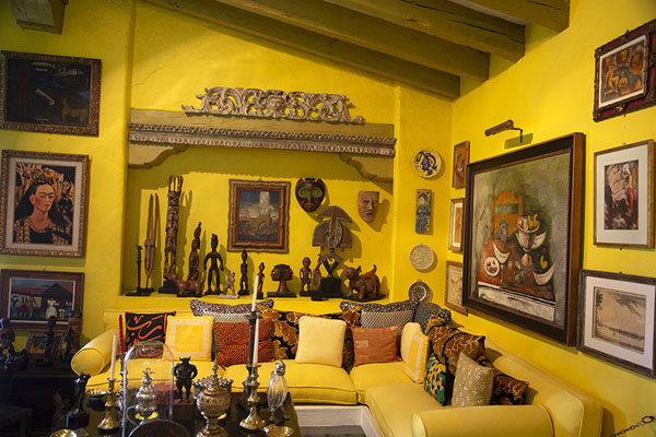 Yellow room with paintings and many artefacts | Musée Robert Brady | le Mexique