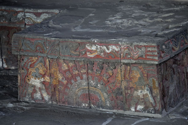 Section of a banquette in the Casa de las Aguilas with brightly painted decorations | Templo Mayor | le Mexique