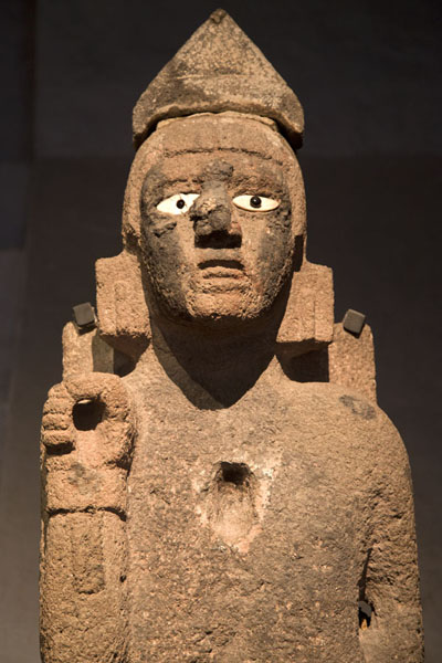 Statue with eyes on display in the museum | Templo Mayor | Messico