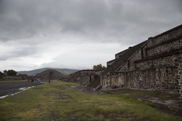 Picture of Teotihuacan (Mexico): The Avenue of the Dead with platforms and the Pyramid of the Moon at the end