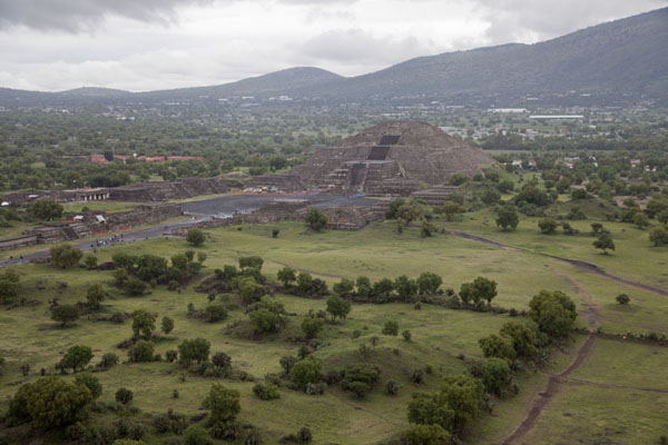 Foto van The Pyramid of the Moon seen from the Pyramid of the SunTeotihuacan - Mexico