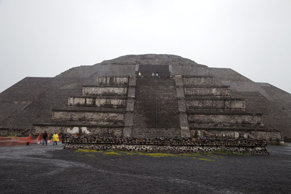 Foto di Looking up at the Pyramid of the Moon from the Plaza of the MoonTeotihuacan - Messico