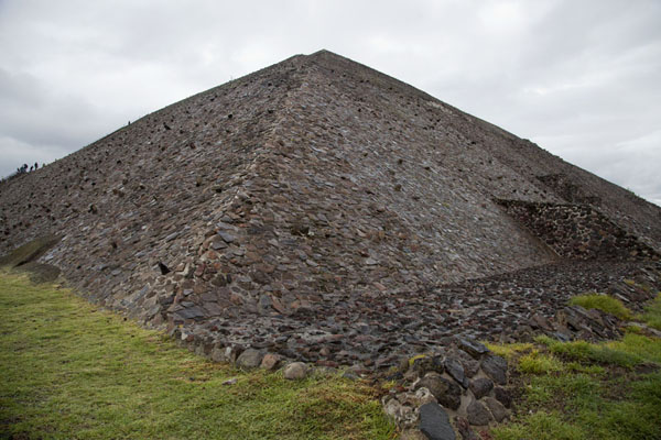Foto van Looking up the Pyramid of the SunTeotihuacan - Mexico