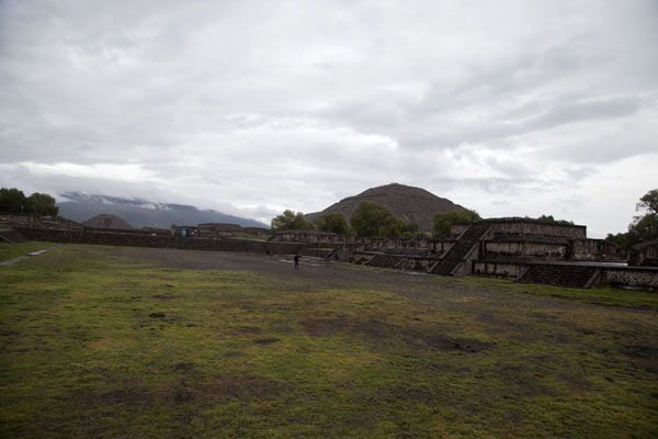 Picture of Teotihuacan (Mexico): The Pyramid of the Sun in the middle, the Avenue of the Dead leading towards the Pyramid of the Moon