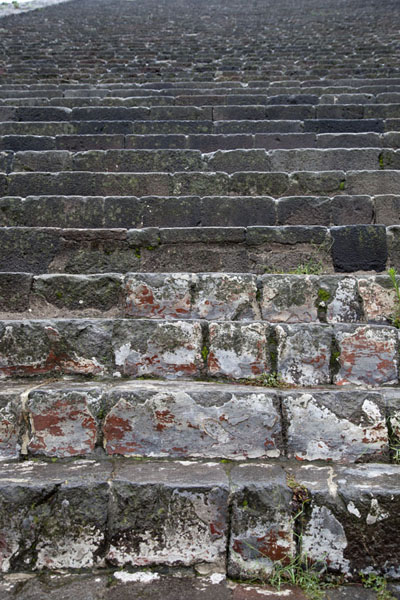 Foto di Looking up the steep stone stairs of the Pyramid of the SunTeotihuacan - Messico