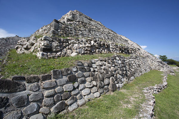 Foto de Looking up the Great PyramidXochicalco - Mexico