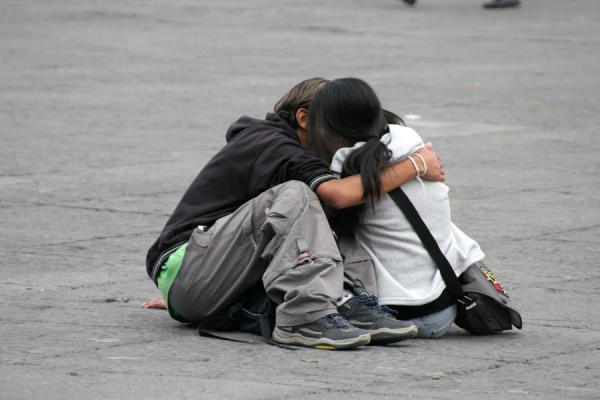 Photo de Couple embracing on the enormous Zocalo, Mexico CityMexico - le Mexique