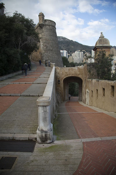 Foto van The way leading from the port of Monaco to the old townMonaco stad - Monaco