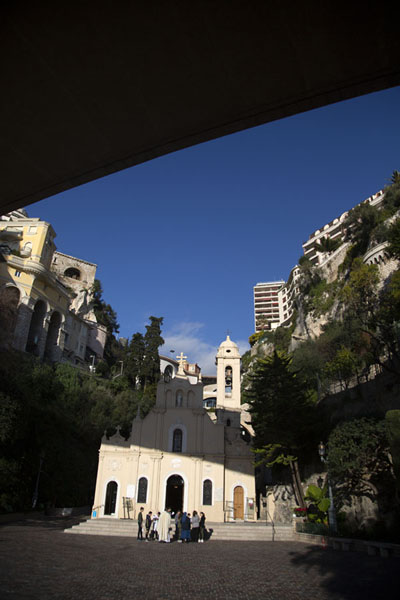 Foto van Small church under an overpass near the station of MonacoMonaco stad - Monaco