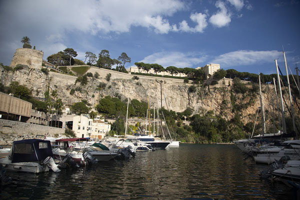 Photo de Port de Fontvieille with the old town towering above it, on the Rock - Monaco - Europe