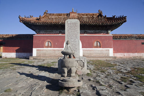 Picture of Amarbayasgalant Khiid (Mongolia): Frontal view of the main entrance gate and a stele