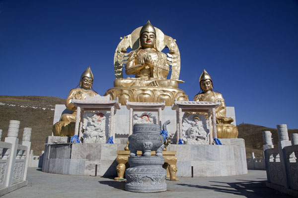 Foto de Shiny Buddha statue on the hill above the monasteryAmarbayasgalant Khiid - Mongolia