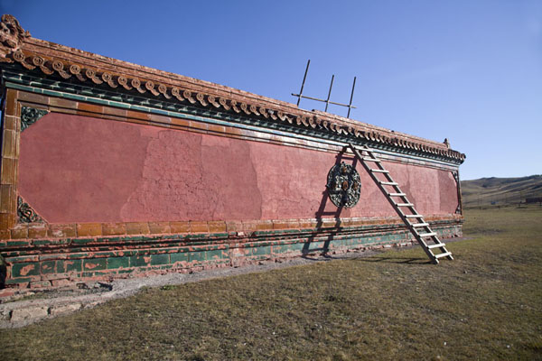 Screen wall with ladder at the entrance of the monastery | Amarbayasgalant Khiid | Mongolia