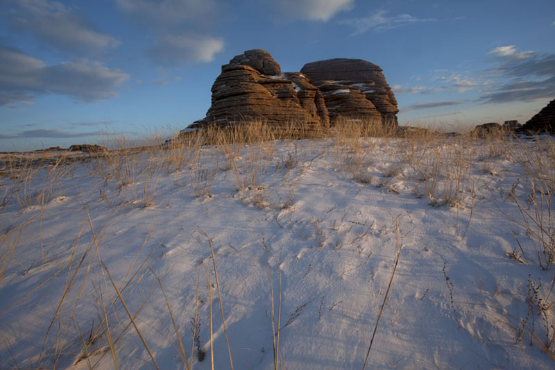 Rock formation with snow in the evening - 蒙古