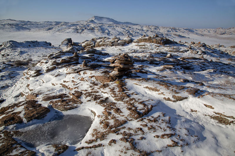 Panoramic view of the top of a hill with ovoos and fresh snow | Baga Gazryn Chuluu | Mongolia