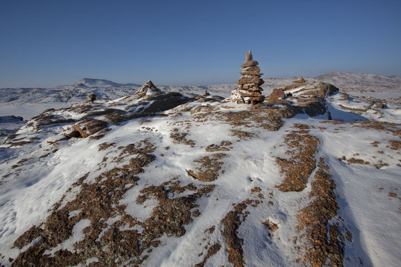 Top of a rocky hill with fresh layer of snow covering ovoos - 蒙古