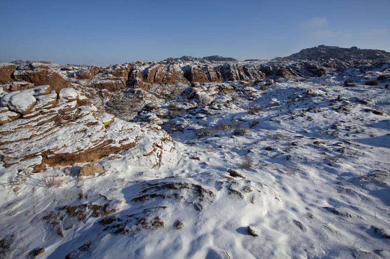 Photo de Fresh layer of snow on a rocky plateau with plenty of ovoosBaga Gazryn Chuluu - Mongolie