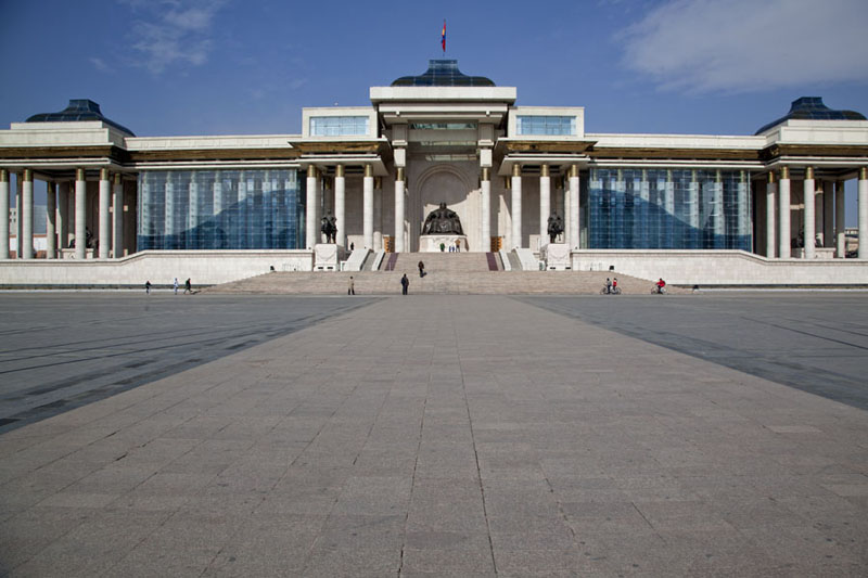 Frontal view of Parliament House with statue of Chinggis Khaan in the middle | Dzjengis Khan plein | Mongolië