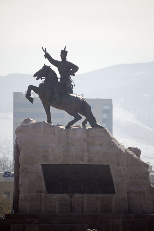 Statue of Damdin Sükhbaatar in the middle of Chinggis Khaan square | Dzjengis Khan plein | Mongolië
