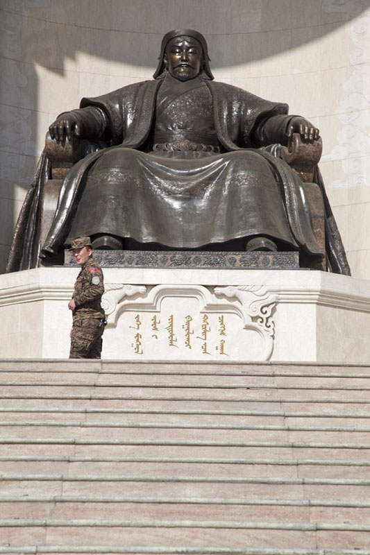 Photo de Soldier guarding the statue of Chinggis KhaanOulan Bator - Mongolie
