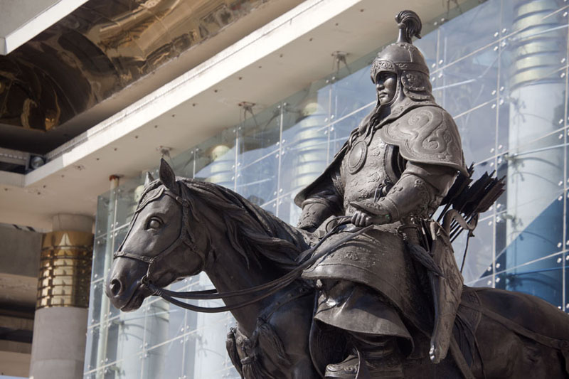 Foto de Famous Mongolian soldier on horseback in front of the parliament building on Chinggis Khaan square - Mongolia - Asia