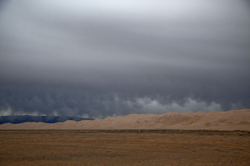 Photo de Dark skies over the sand dunes of Khongoryn ElsKhongoryn Els - Mongolie