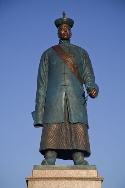 Photo de Statue of Damdinbazar at Town Square, a Buddhist incarnation who played an important role in the independence of MongoliaMörön - Mongolie